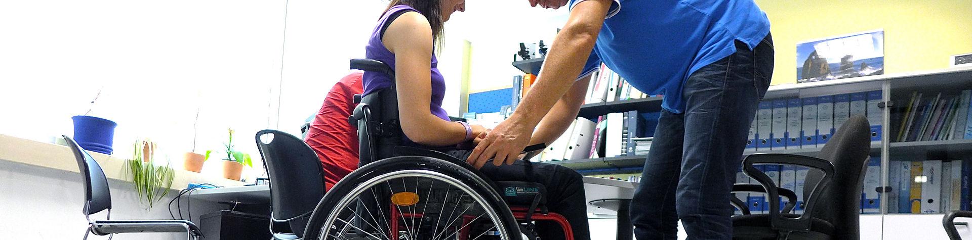 Frau in Rollstuhl